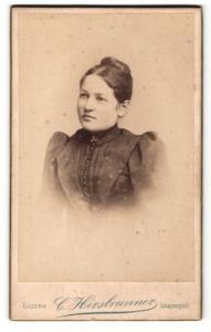 Fotografie C. Hirsbrunner, Luzern, Portrait dunkelhaarige junge Schönheit mit Dutt in Bluse mit Knopfleiste