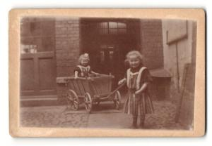 Fotografie niedliche Mädchen mit Bollerwagen