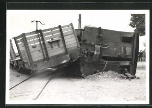 Foto-AK Walsoorden, Eisenbahnkatastrophe, Entgleiste und umgekippte Waggons