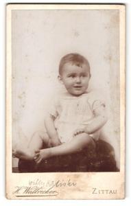 Fotografie H. Walbrecker, Zittau, Portrait lachendes Kleinkind im weissen Kleid