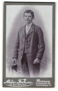 Fotografie Atelier Fortuna, Potsdam, Mann im Anzug stehend mit schwachem Oberlippenbart