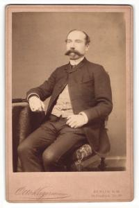 Fotografie Otto Kagermann, Berlin-NW, Portrait Herr in Anzug mit imposantem Schnauzbart
