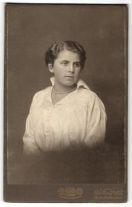 Fotografie William Roth, Berlin, Portrait junge Dame mit zusammengebundenem Haar