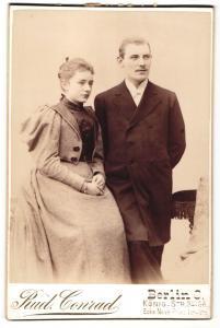 Fotografie Rud. Conrad, Berlin-C, Portrait bürgerliches Paar in eleganter Kleidung