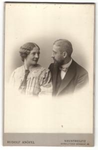 Fotografie Rudolf Knöfel, Neustrelitz, Portrait bürgerliches Paar in modischer Kleidung
