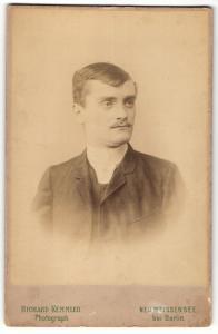 Fotografie Richard Kemmler, Neu Weissensee, Portrait junger Mann im Anzug mit Schnurrbart