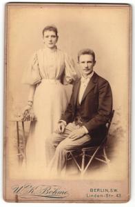 Fotografie W. K. Böhme, Berlin-SW, Portrait bürgerliches Paar in eleganter Kleidung