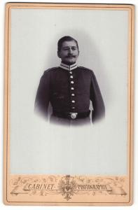 Fotografie Cabinet, unbekannter Ort, Portrait Soldat in Uniform mit Zwicker u. Schnauzbart