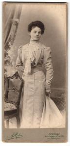 Fotografie F. Rolus, Berlin-Spandau, Portrait junge Dame im eleganten Kleid mit Ohrringen