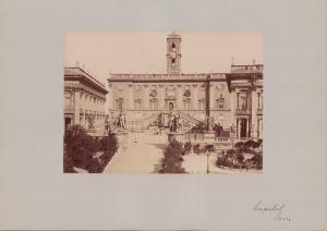 Fotografie Fotograf unbekannt, Ansicht Rom, Capitol, Statuen flankieren Eingang, Grossformat 42 x 31cm