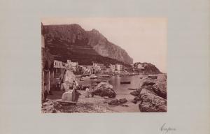 Fotografie Fotograf unbekannt, Ansicht Capri, Küstenblick mit Hafen, Grossformat 42 x 31cm