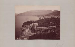 Fotografie Fotograf unbekannt, Ansicht Sorrent, Panorama mit Hafen & Steilküste, Grossformat 42 x 31cm