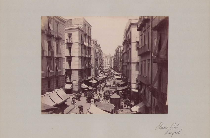 Fotografie Fotograf unbekannt, Ansicht Neapel, Strassenansicht mit Ladengeschäften & Marktständen, Grossformat 42 x 31cm 0