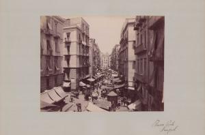 Fotografie Fotograf unbekannt, Ansicht Neapel, Strassenansicht mit Ladengeschäften & Marktständen, Grossformat 42 x 31cm