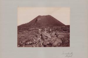 Fotografie Fotograf unbekannt, Ansicht Neapel, Vulkan Vesuv, Männer auf dem Lavafeld, Grossformat 42 x 31cm