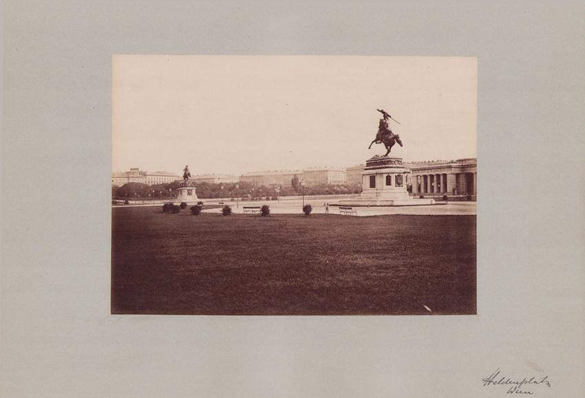 Fotografie Fotograf unbekannt, Ansicht Wien, Heldenplatz mit Reiterstandbild, Grossformat 42 x 31cm 0