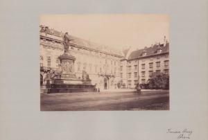 Fotografie Fotograf unbekannt, Ansicht Wien, Denkmal im Hof der Inneren Burg, Grossformat 42 x 31cm