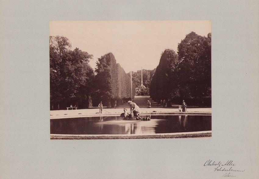 Fotografie Fotograf unbekannt, Ansicht Wien-Schönbrunn, Allee im Schlosspark mit Obelisk & Brunnen, Grossformat 42 x 31cm 0