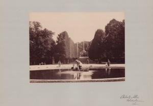 Fotografie Fotograf unbekannt, Ansicht Wien-Schönbrunn, Allee im Schlosspark mit Obelisk & Brunnen, Grossformat 42 x 31cm