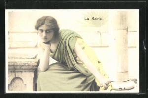 AK Junge Frau stützt nachdenklich den Kopf in die Hände, La Haine, Allegorie