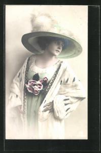 AK Junge Dame in Hermelinmantel mit Hut