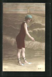 AK Dame im Badeanzug mit Badekappe am Strand
