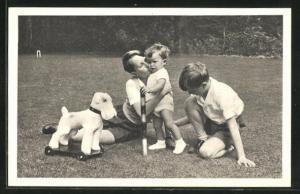 AK Leurs Altesses Royales, le Prince Baudouin, le Prince Albert, le Prince Alexandre-Emmanuel, von Belgien mit Spielzeug