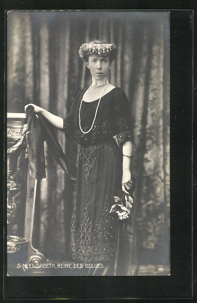 AK S.M. Elisabeth, Reine des Belges, Königin von Belgien in dunkel besticktem Kleid mit Haarschmuck 0