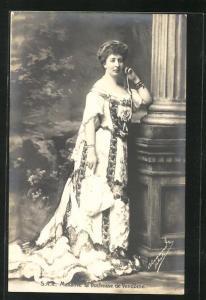 AK Madame la Duchesse de Vendome von Belgien in reichbesticktem Kleid mit langer Schleppe