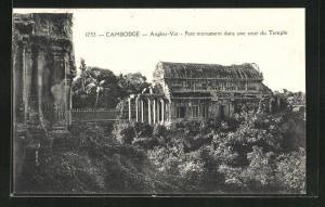 AK Angkor-Vat, Petit monument dans une cour du Temple