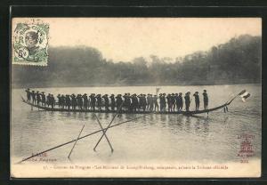 AK Luang-Prabang, Courses de Pirogues, Les Miliciens, vainqueurs, saluent la Tribune officielle