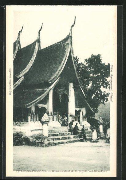AK Luang-Prabang, Bonzes sortant de la pagode Vat-Xien-Ton 0