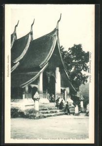 AK Luang-Prabang, Bonzes sortant de la pagode Vat-Xien-Ton