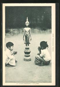 AK Luang-Prabang, La prière, Kinder beim Gebet