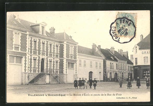 AK Villeneuve-l`Archeveque, La Maison d`Ecole et entree de la Rue du Four 0