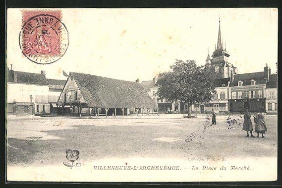 AK Villeneuve-l`Archeveque, La Place du Marche 0