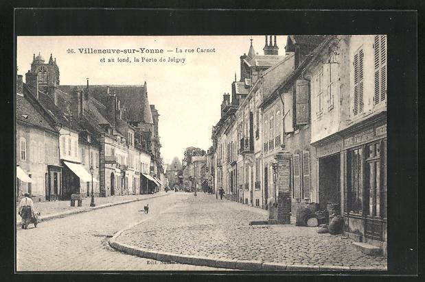 AK Villeneuve-sur-Yonne, La rue Carnot et au fond, la Porte de Joigny 0