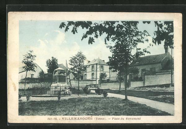 AK Villemanoche, Place du Monument 0