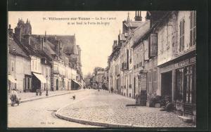 AK Villeneuve-sur-Yonne, La Rue Carnot et au fond la Porte de Joigny
