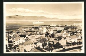 AK Reykjavik, Teilansicht der Stadt mit Blick aufs Meer