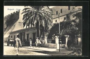 AK Tripoli, Museo, Passanten vor dem Museum