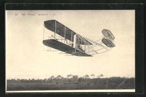 AK The Wright Aeroplane, Doppeldecker-Flugzeug über dem Flugfeld