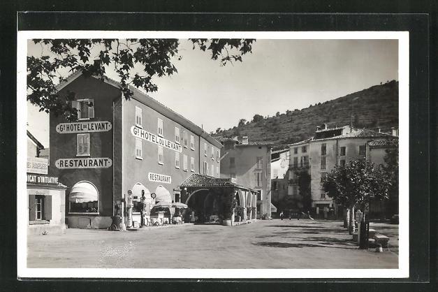 AK Castellane, Un coin de la Place et L'Hotel du Levant 0