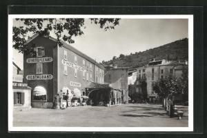 AK Castellane, Un coin de la Place et L'Hotel du Levant
