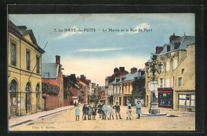 AK La Haye-du-Puits, La Mairie et la Rue du Pont