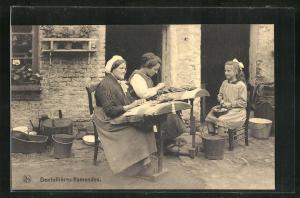 AK Dentellieres flamandes, Damen und Mädchen beim Klöppeln vor dem Haus