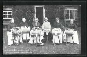 AK a Group of Bedfordshire Lace Workers, Damen klöppeln vor dem Haus