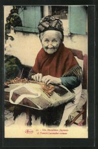AK Une Dentelliere flamande, alte Frau klöppelt vor ihrem Haus