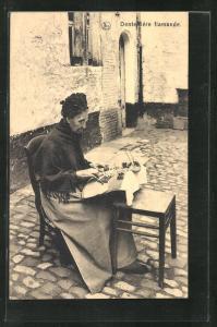 AK Dentelliere flamande, alte Klöpplerin im Hof sitzend