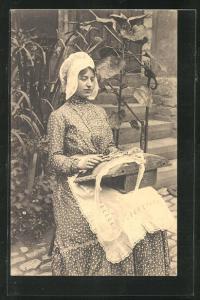AK Dentelliere flamade, hübsches Fräulein klöppelt vor ihrem Haus